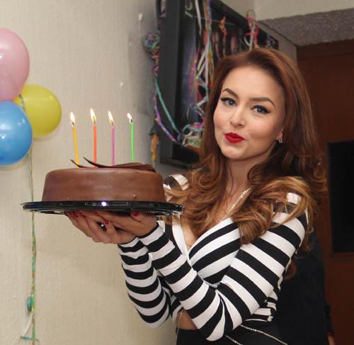 "PoluxWeb - ""Tres veces Ana"" celebra cumpleaños de Angelique Boyer"